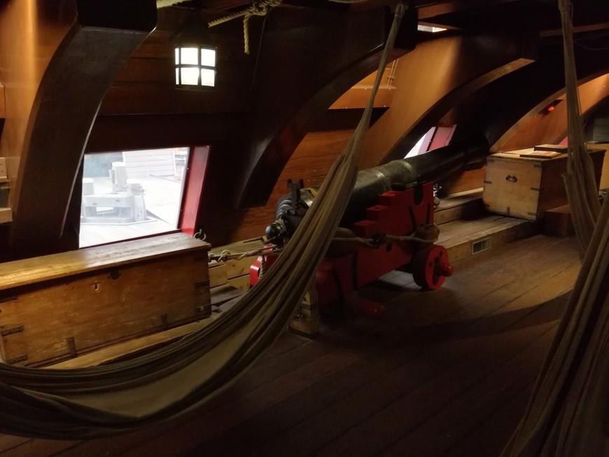 """Реплика корабля """"Амстердам"""" дает хорошее представление как размещался экипаж на этом корабле в ходе плавания. Надо заметить, что предполагалось, что 203 моряка и 127 солдат проведут в плавании 12 месяцев."""