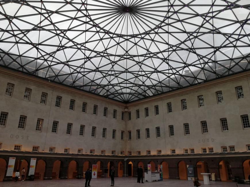 В ходе реконструкции здания в 2007-2011 гг. была возведена крыша. Она своим рисунком повторяет карты и компасы 17 века. Вес 200 тонн, причем только 60 тонн стекло. Для того, чтобы выполнить данную конструкцию Лаурен Ней, архитектор использовал 1200 кусочков стекла.