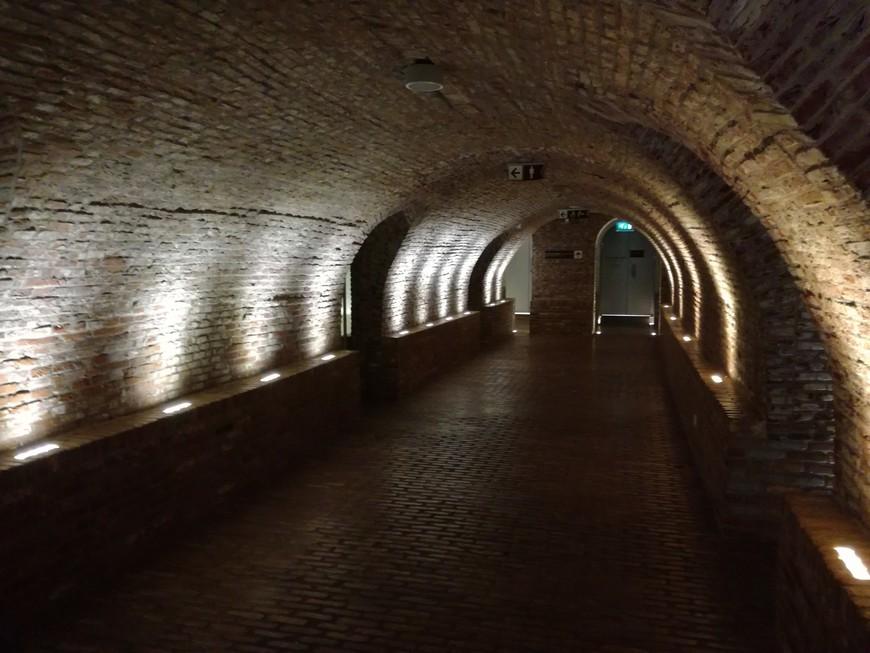 подземелье, где расположены гардероб и туалет.