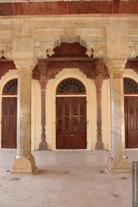 Колонны и двери внутри Диван-и-Аам.