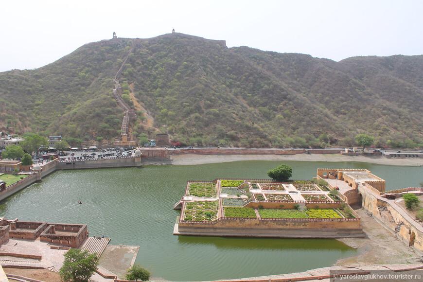 Вид на озеро Маота и окружающие со всех сторон горы Аравалли.