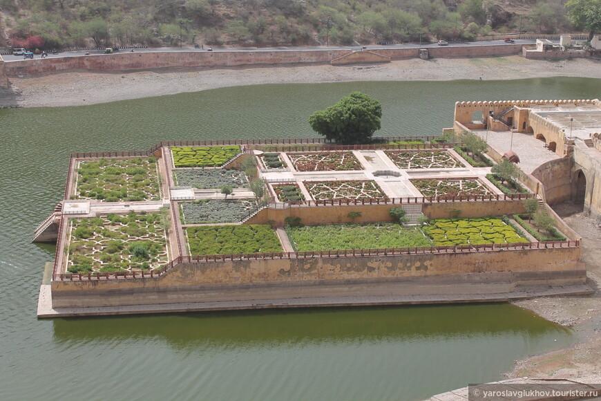 Сады Кесар-Каяри на озере Маота очень необычны и геометрически правильны. Сверху они смотрятся особенно выигрышно.