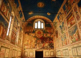Великий Джотто расписал капеллу фресками, которые были революционными для своего времени. Произошло это задолго до эпохи Ренессанса, во время полного господства готического стиля в искусстве. Эту титаническую работу работу художник сделал всего за пару лет.