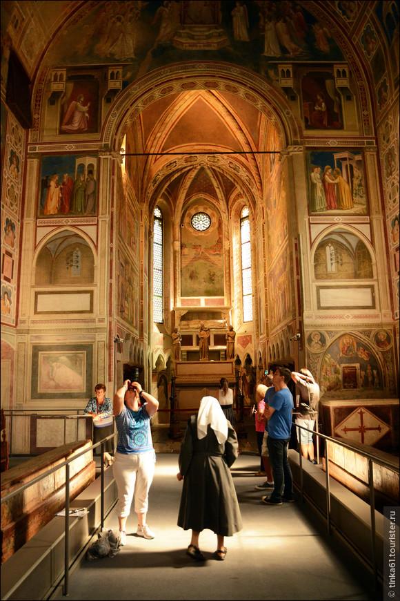 Всего 15 минут дают на посещение Капеллы. Рассмотреть все фрески за это время мне не удалось.
