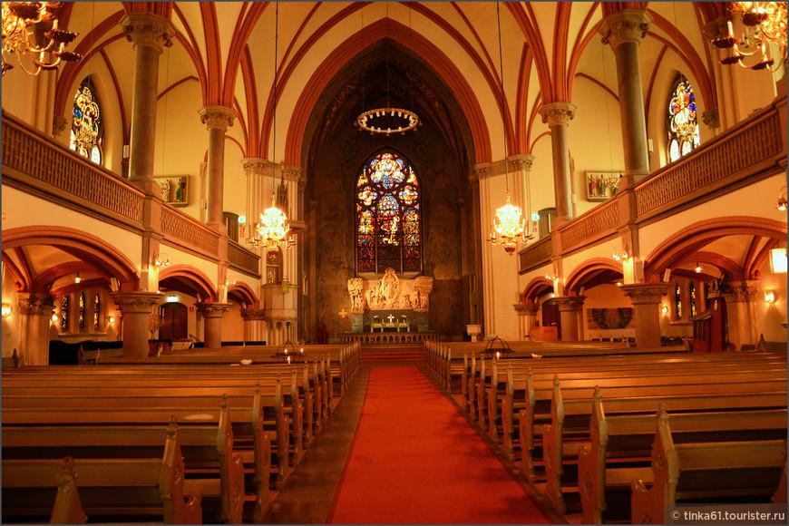 Интерьеры церкви запоминаются обилием очень красивых витражей.