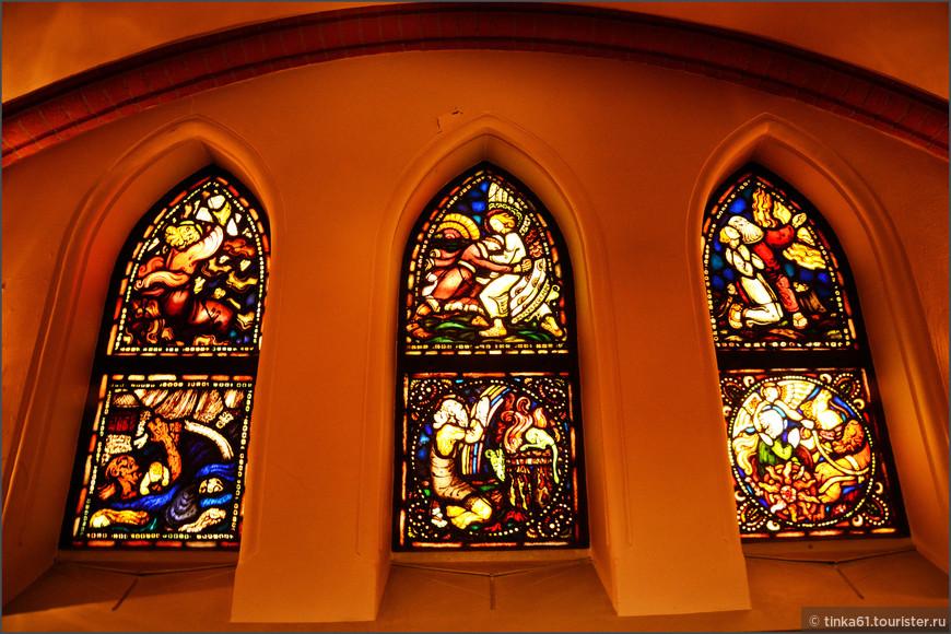 Считается, что в этой церкви  самая крупная коллекция витражей в Швеции.