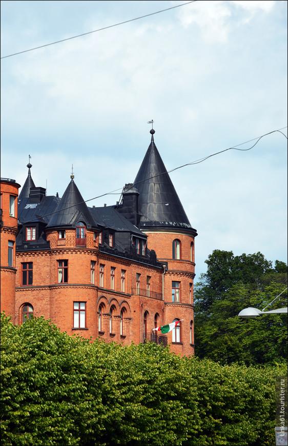 Крыши особняков такие затейливые, фантазийные.