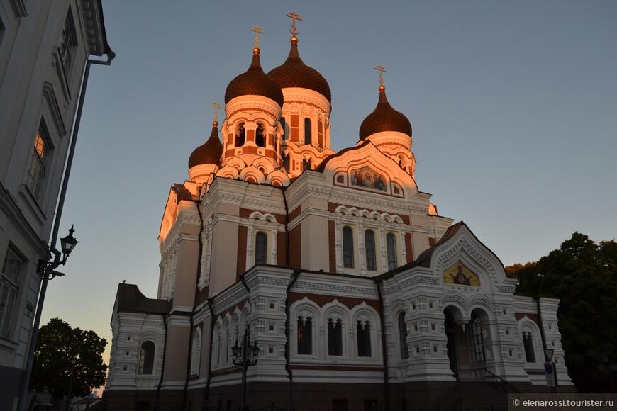 Александро-Невский собор в прощальных лучах заката... Здесь вспоминается мысль, что архитектура - это застывшая музыка. Тихо. Можно послушать.