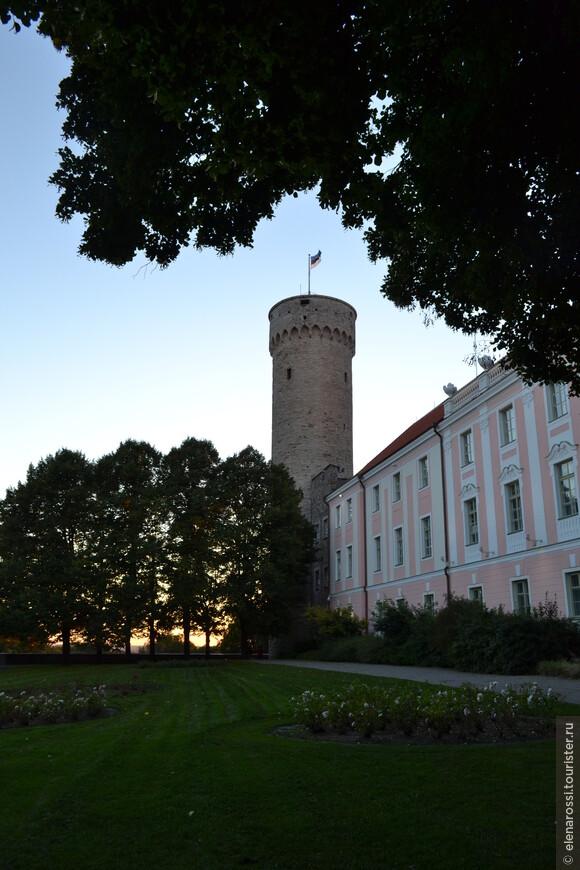 """Я уже писала о традиции: когда заходит солнце флаг на башне """"Длинный Герман"""" опускают. чтобы с восходом снова поднять. Сейчас флаг еще не опустили, но солнце вот-вот скатится за горизонт. Что ж! Такая традиция - тоже поэзия."""