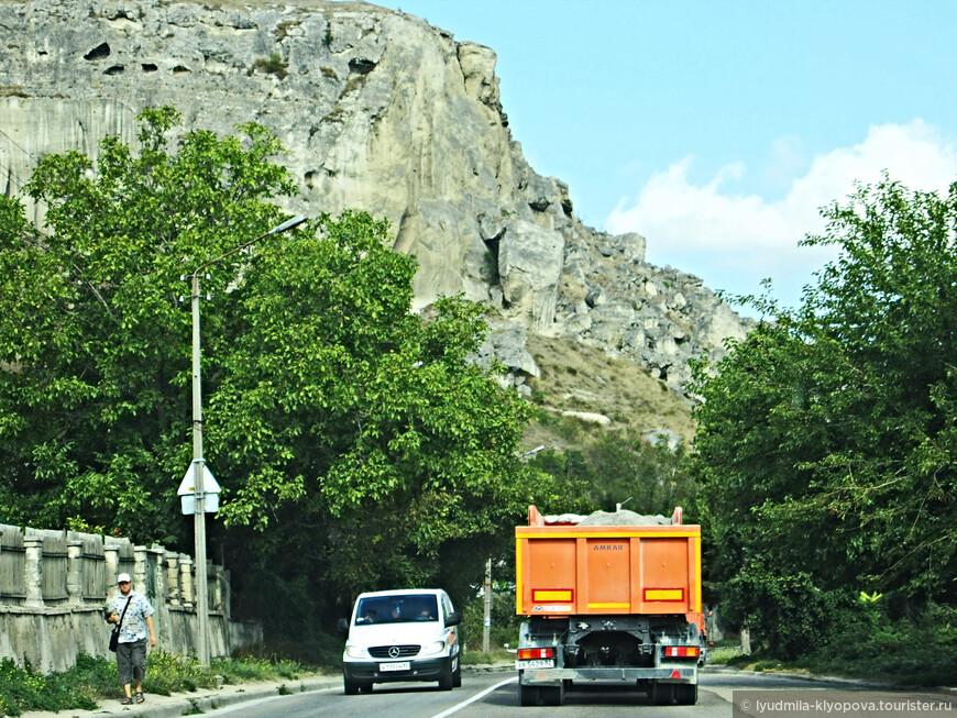 Наконец пригород Севастополя – Инкерман. В скале, нависшей над дорогой, уже видны разрушенные ветрами и временем пещеры древнего монастыря.