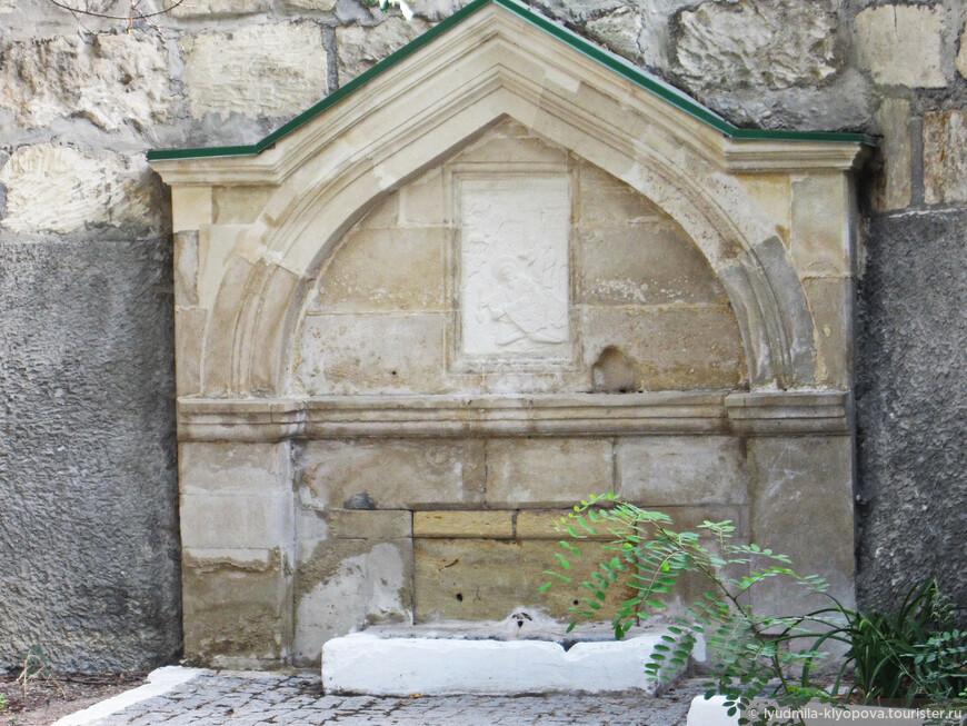 По преданию, здесь был источник, который, совершив чудо, открыл для облегчения тяжёлой участи каторжан, трудившихся на каменоломнях, святой Климент.