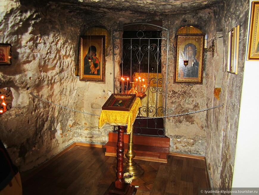 Три пещерных храма (св. ап. Андрея Первозванного, свт. Климента Римского, свт. Мартина Римского) в прежние времена были разделены, сейчас же границ между ними почти нет. Монастырь действующий. Однако в этих древних стенах и иконы, и церковная утварь новые.
