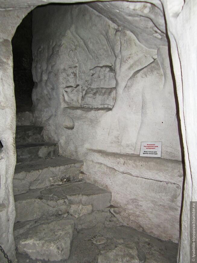 Все внутренние помещения в пещерном монастыре связаны пробитыми в скале переходами и лестницами.