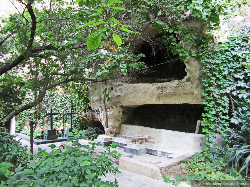Кладбище у стен монастыря.