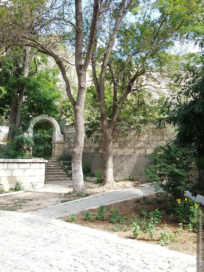 Пройдя под аркой входа в монастырь, можно попасть на еще одно старое кладбище. Оттуда идёт тропинка на вершину плато к руинам древней крепости Каламита.