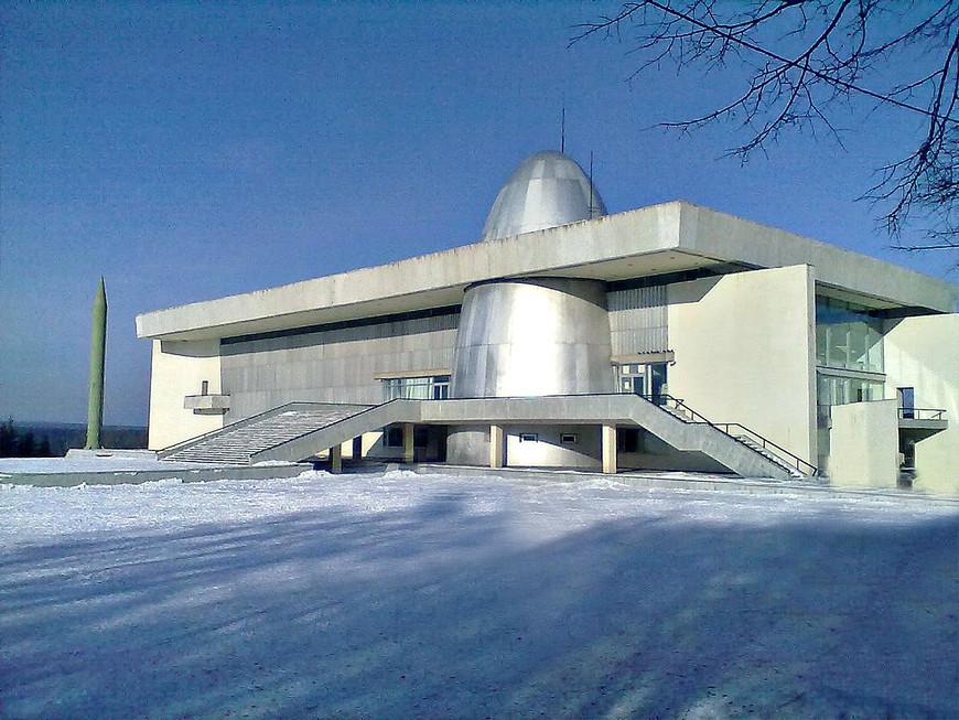 Вторым монументом в честь Циолковского является расположенный неподалеку Государственный музей истории космонавтики, носящий его имя. И вместе с тем это памятник целой эпохе, увы, уже безвозвратно ушедшей.