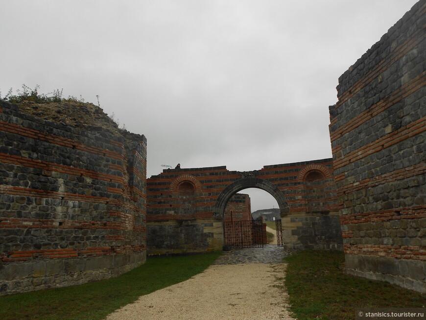 Felix Romuliana - Феликс Ромулияна - недалеко от деревни Гамзиград  Входит в список ЮНЕСКО мирового культурного наследия