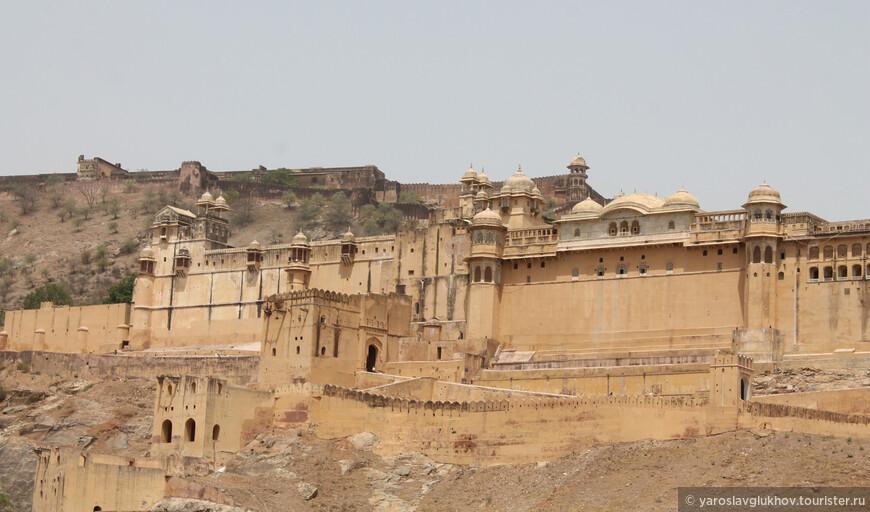 Форт Амбер — величественный дворец-крепость, укреплённая резиденция раджи Ман Сингха I в 11 километрах к северу от Джайпура, в городе Амер.