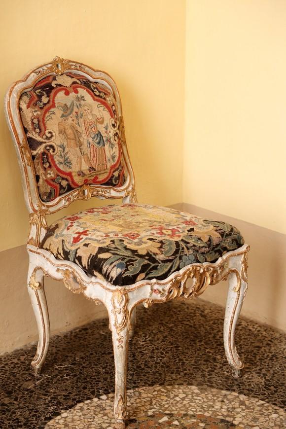 А стулья конечно просто очень хороши!