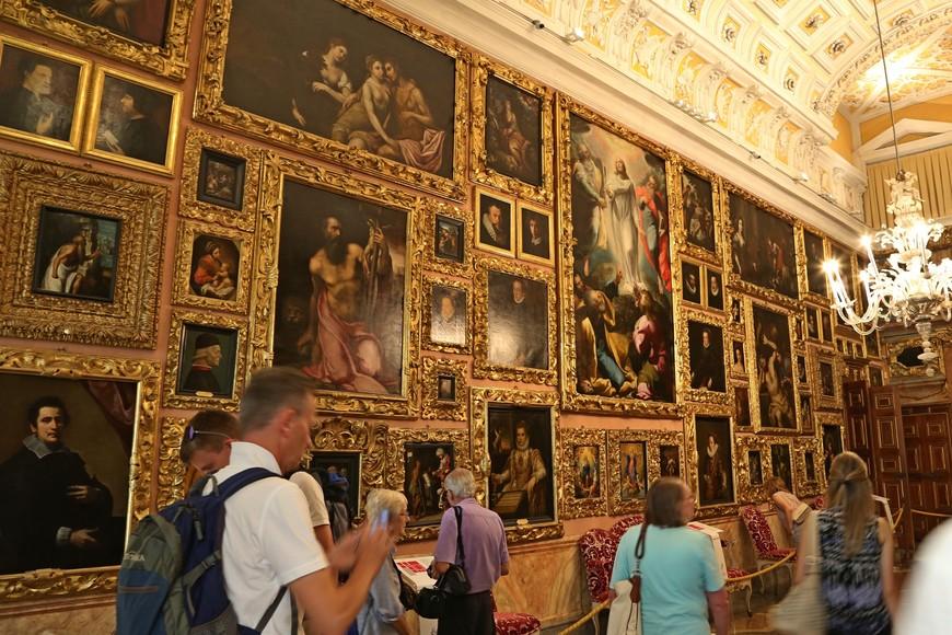 """""""Галерея генерала Бертье"""" -такое название носит этот зал в честь французского генерала, получившего от Наполеона звание маршала. Коллекция картин итальянских художников, собранная семейством Борромео, насчитывает более 130 картин. Не так много картин знаменитых художников того времени, на некоторых из них авторство и вообще не указано, но это ведь и не художественный музей, а частная коллекция. Но рядом с каждой картиной хочется остановиться и всмотреться."""