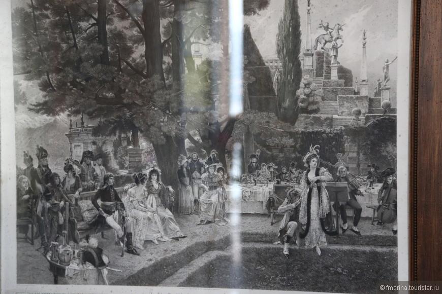 Качество фотографии к сожалению страдает, без бликов сфотографировать не получилось. Гравюра Р. Варина о посещении Наполеоном Дворца Борромео. Наполеон с своей женой Жозефиной и свитой в количестве 60 человек после победы в Итальянской компании остановились на острове Изола Белла. Вели они себя крайне непристойно, как и положено победителям, приказали перенести обед, накрытый в Зале Дворца, в сад, забавлялись с павлинами и фазанами, и даже убили одного, шумели и оставили после себя грязь и беспорядок. Хозяева были в шоке и очень радовались, что визит оказался кратковременным.