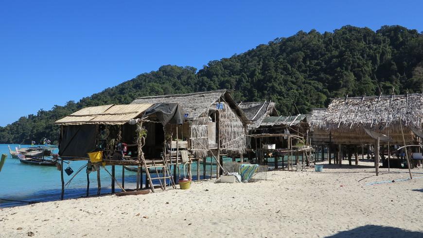 Рядом с островом Тачай деревня местных жителей.