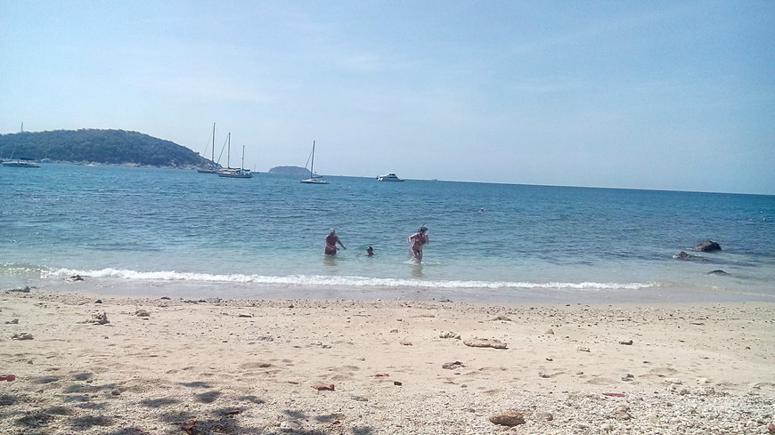 Пляж Ката  край левой части , коралловый риф