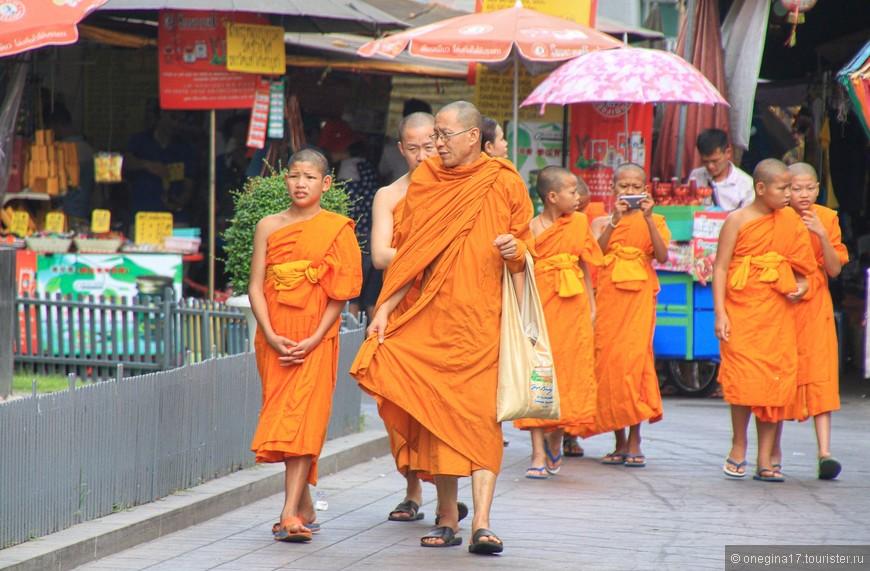 Монахов в храме очень много. Ни в одном из храмов я не встретила такого количества буддистских монахов, как в этом.