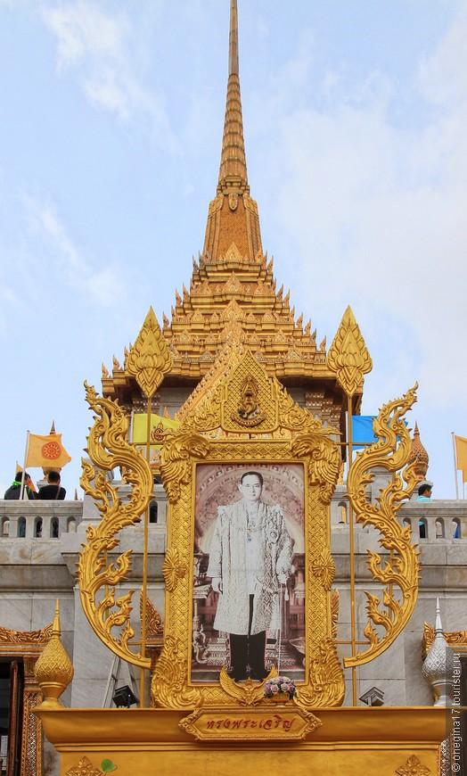 Рама Девятый. Тогда любимый король Таиланда был еще жив, и все тайцы желали ему долгой жизни...