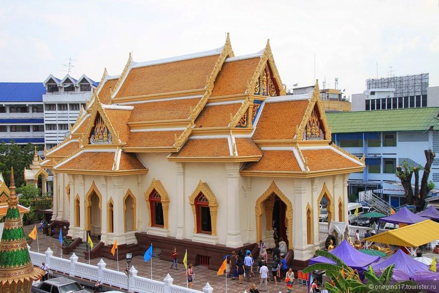 На территории храма есть и музей статуи Золотого Будды. Правда, желающих посетить музей намного меньше.