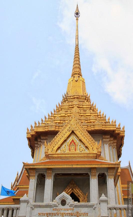 Храм очень красивый. Но все невольно меркнет на фоне самого Будды. Он центральная фигура и главная достопримечательность храма.