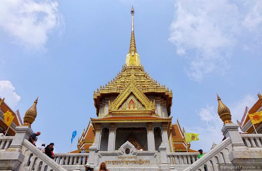 Храм Золотого Будды - одна из главных достопримечательностей страны. Обилие туристов со всего света подтверждает это.