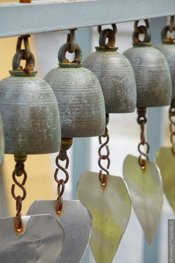 Храм наполнен тоненьким и нежным звоном - колокольчики колышутся на слабом ветерке и звенят, напоминая Будде о главном.