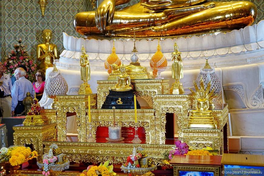 Подарки у ног Будды, все как положено. Самые роскошные букеты именно в этом храме.