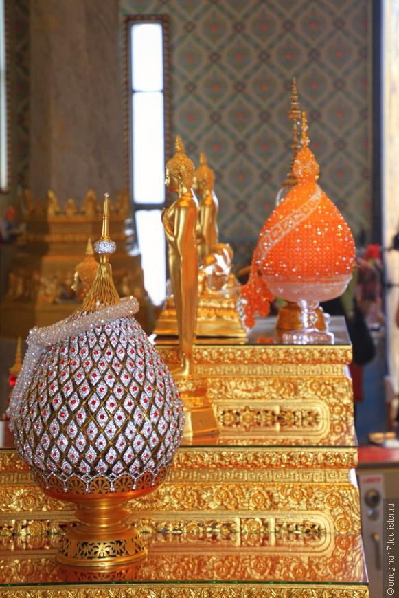 Все вокруг Будды сияет и ослепляет.