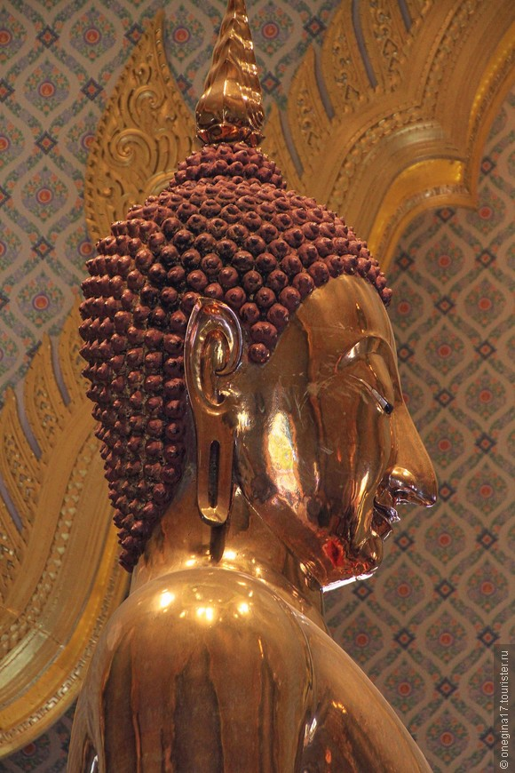 Видите, Золотой Будда смотрит на кончик своего носа. Пришлось попрыгать, чтобы поймать этот взгляд...