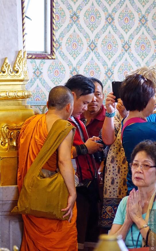 Фотографировать здесь можно совершенно безнаказанно. Монахи и сами не прочь снять кадр-другой.