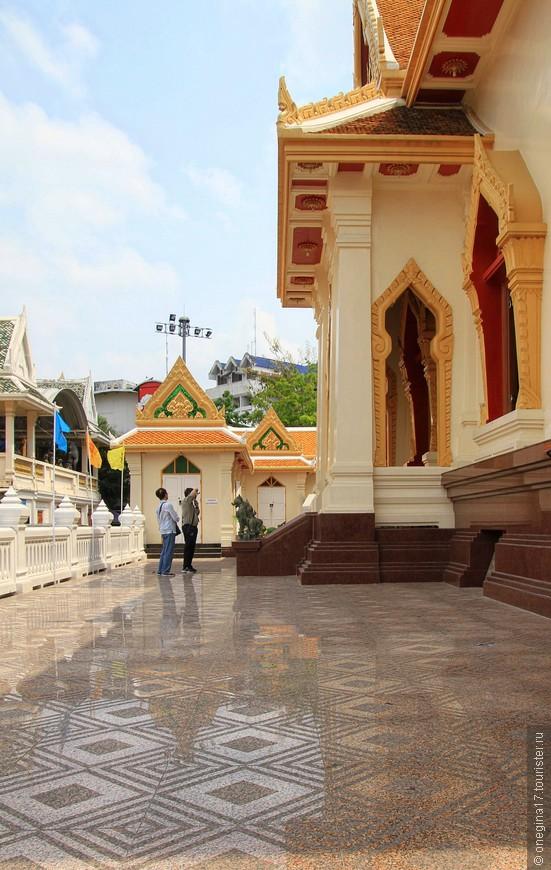 Сам храм большой исторической ценности не имеет и считается, что он ничем особенным не отличается от всех остальных храмов Таиланда.