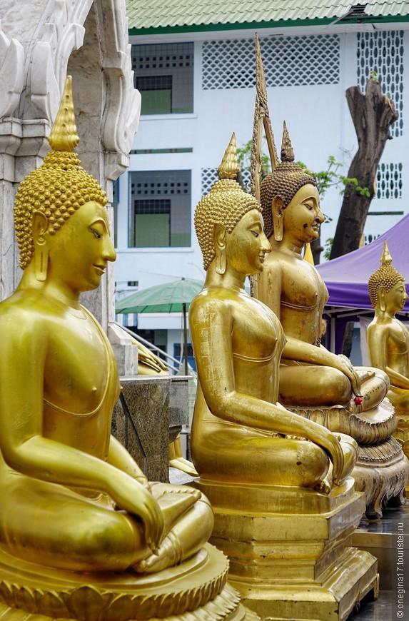 Как и положено в храме, Будд здесь очень много.