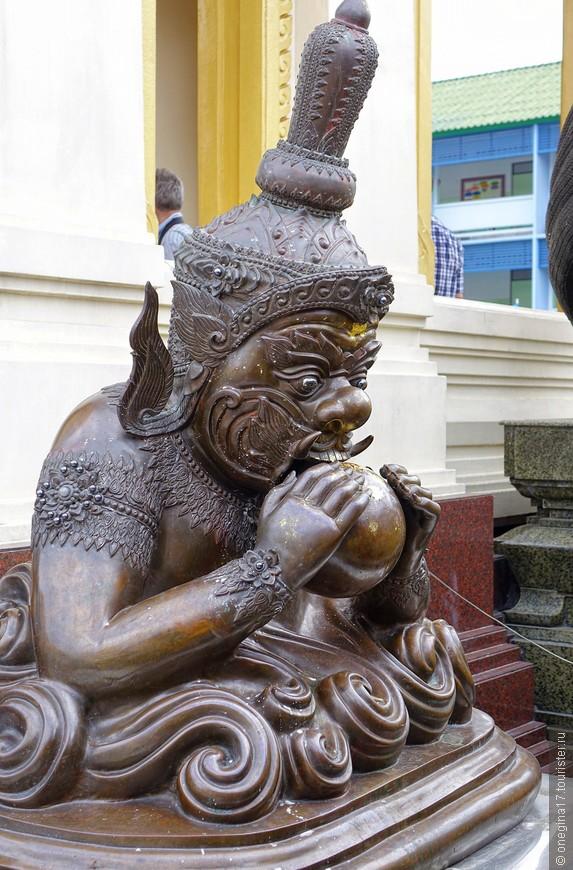 Золотой Будда, конечно, впечатляет, но не только на него интересно смотреть. Тайские храмы - совсем иной мир, интересный и увлекательный!