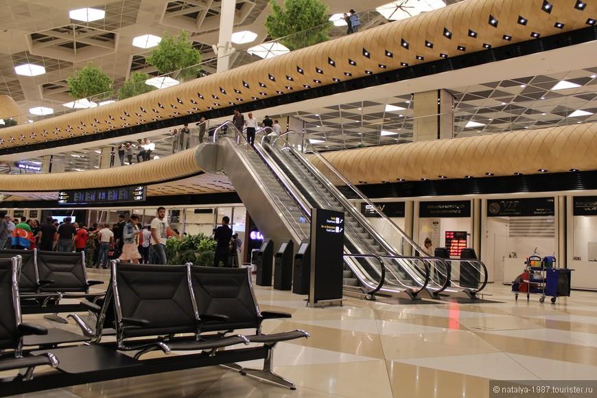 Это новый, маленький, но самый удобный аэропорт, который мы когда-либо видели. Здесь впервые не возникало вопросов «куда идти?» или «где искать багаж?». Всё под рукой. С целью экономии денег решили провести ночь в аэропорту (неудачная была идея, потом от неё отказались).