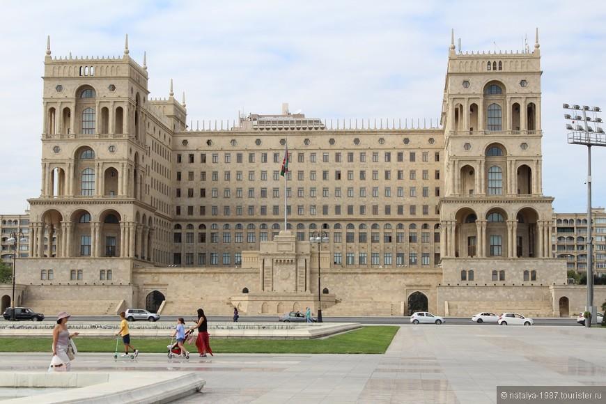 Это центральная площадь столицы,  служит основной городской площадкой для массовых мероприятий. Здесь находятся Дом правительства (на фото), гостиница JW Marriott Absheron 5* и Отель Hilton 5*.
