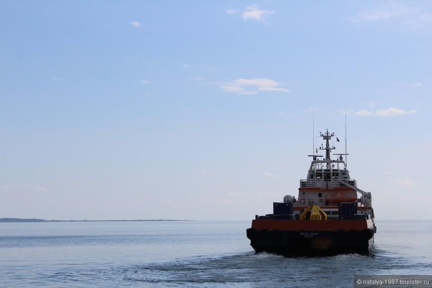 Различные суда, катера и т.п. Единственное, что омрачает осмотр – запах. Ужасный запах нефти.