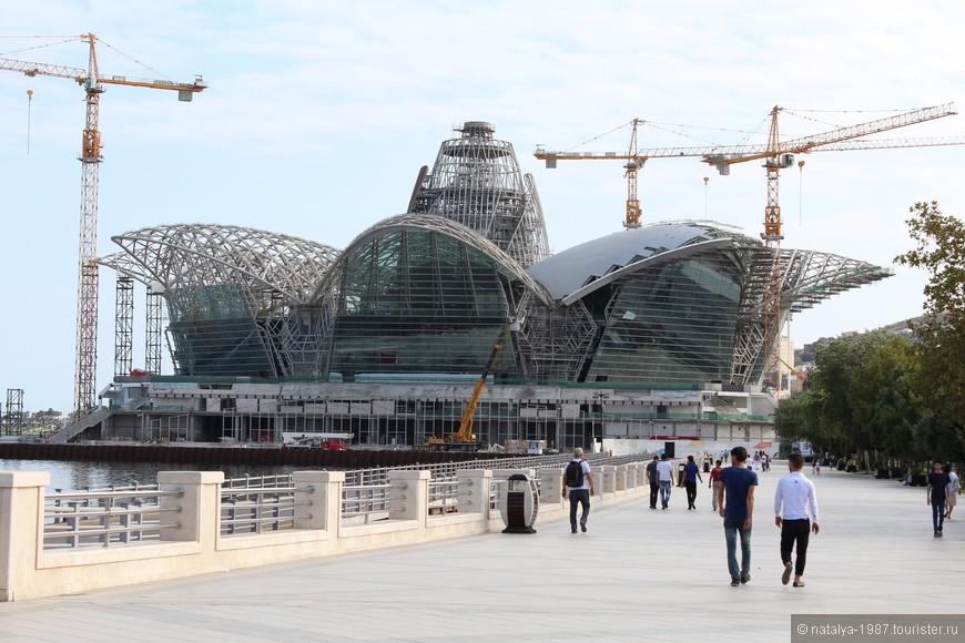 Строительство «Caspian Waterfront Mall»  - торгово-развлекательного центра, который «несет национальную идею, повторяя формами герб Азербайджана – восьмиконечную звезду с языками пламени внутри».