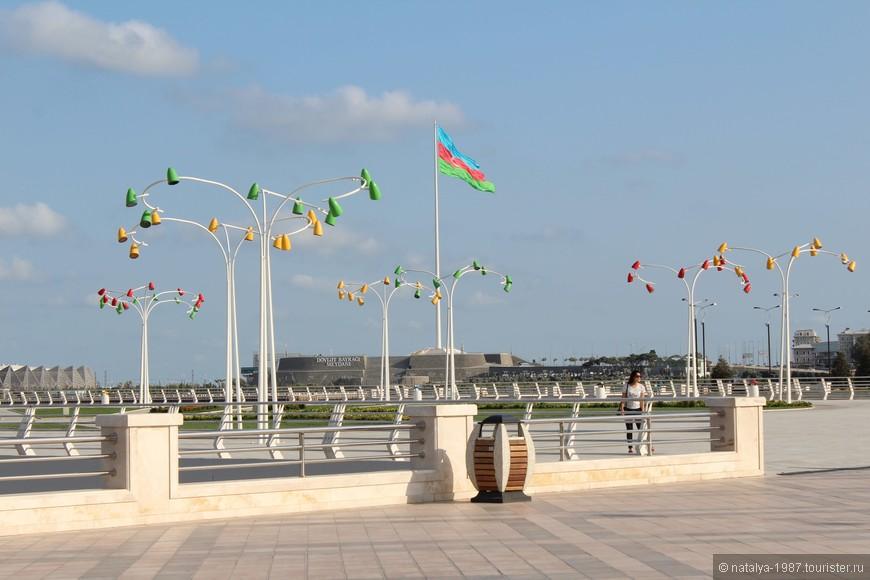 И здесь интересные фонарики. Вдали виднеется Площадь государственного флага.