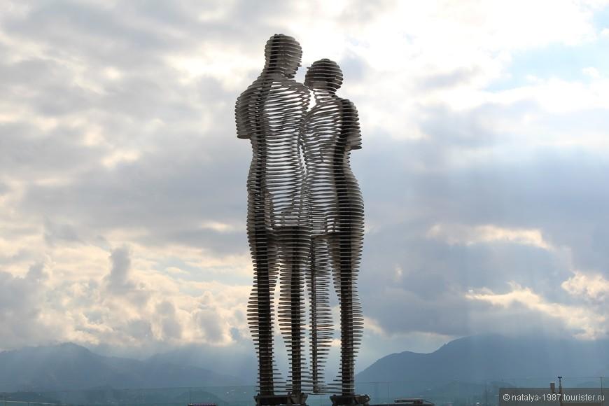 Затем идем смотреть скульптуры вдоль набережной. Достопримечательность № 1 – скульптура «Али и Нино». Идея для скульптуры – история любви грузинской девушки Нино и азербайджанского парня Али. Фигуры медленно двигаются навстречу друг другу, до тех пор, пока не встретятся и не сольются в поцелуе, потом расходятся.