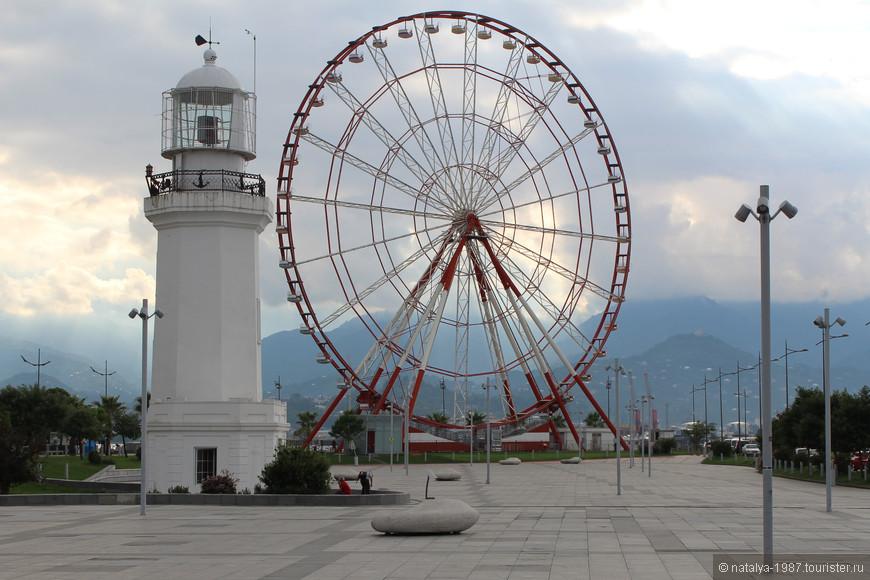 Маяк, колесо обозрения и камни-лавочки. Маяк был построен в 1882 году. Говорят, у него «блатные координаты» 41°3′ — 41°3′. Поднявшись на колесе обозрения за 3 лари, можно любоваться городом с высоты 55 метров.