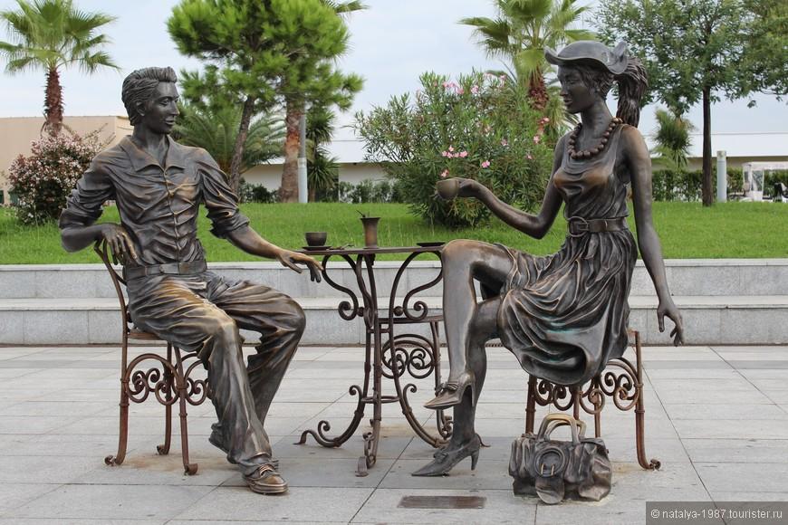 Скульптура «Я, ты и Батуми». Есть третий стул и свободное место за столиком, чтобы сфотографироваться на память, но ты явно здесь лишний.