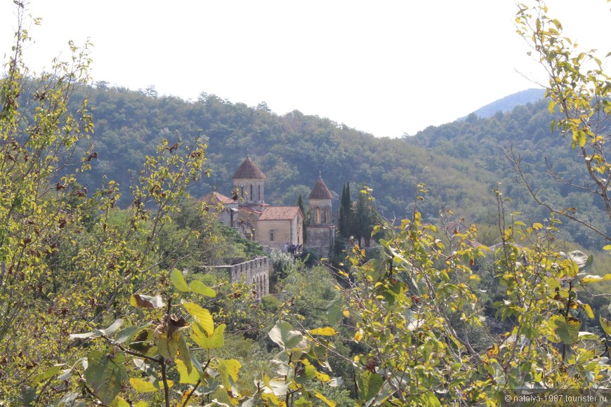 Самая ближайшая достопримечательность к Кутаиси - Монастырь Моцамета. До него от Кутаиси всего 3 километра и многие туристы предпочитают ходить сюда пешком через рионскую дамбу.