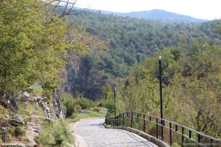 От калитки до самого монастыря ведет вот такая дорожка, по пути открываются замечательные виды